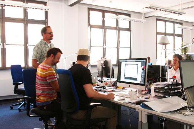 デザイン部門のスタッフと常にコミュニケーションを取るアンドレアスさん(左)