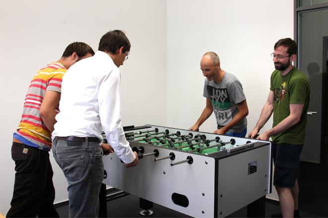 終業後に、社内の一室でサッカーゲームに興じるスタッフたち