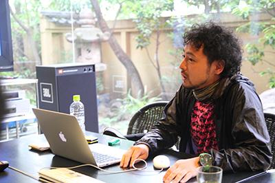 株式会社エイド・ディーシーシー COO兼プランナー 富永勇亮氏 1976年生まれ。1999年立命館大学3回生時に休学し、DANP UNION結成、翌年解散。2000年エイド・ディーシーシー設立に参画、2001年復学、卒業、現在に至る。キャンペーンサイト、ブランドサイトを中心にプランニング、プロデュース、制作進行、演出などを行う。 http://www.aid-dcc.com/