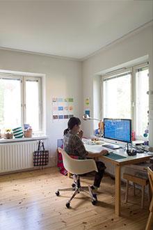 ヘルシンキ市内のご自宅兼アトリエで作業に取り組む島塚さん。