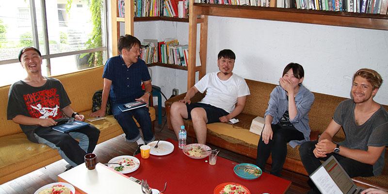 座談会が開催されたのは、火曜恒例のランチの日。みどり荘ゆかりの料理人が作るおいしいランチを味わいながら、リラックスした雰囲気。