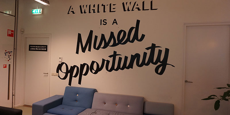 ミーティングスペースの壁に描かれたメッセージ