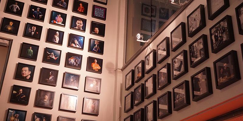 壁中に飾られたスタッフたちのポートレート