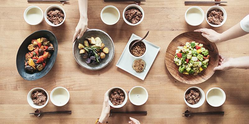 社員全員が食卓を囲む(画像提供:CRAZY)