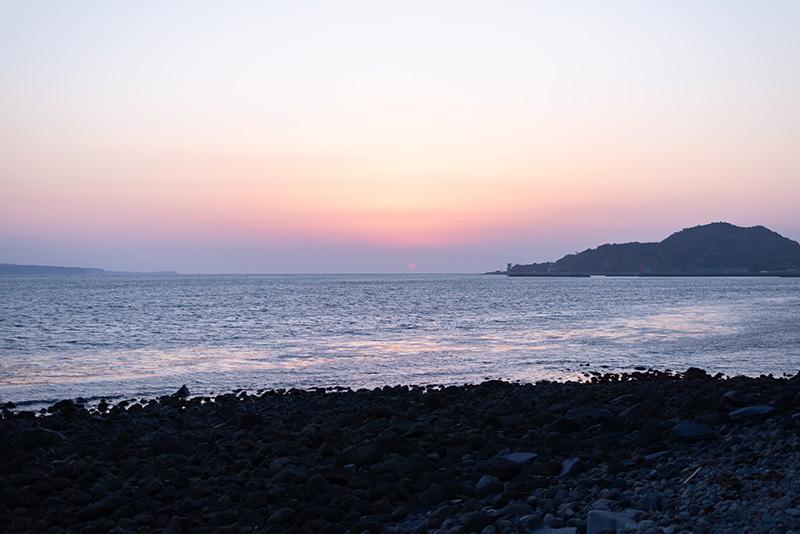 海岸沿いを走る道路「ブルーライン」から眺める夕日。