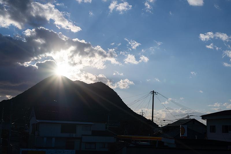 矢筈岳の山頂に日の出が見えます。