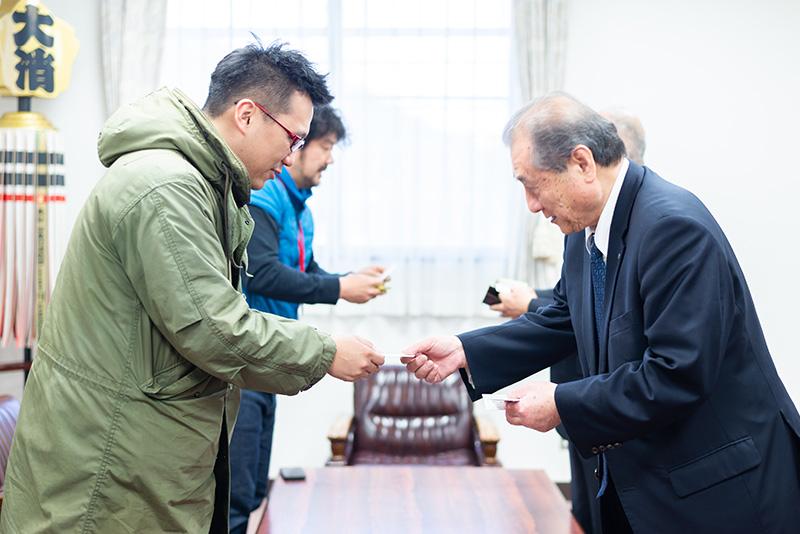 村長の藤本昭夫さんとご挨拶。