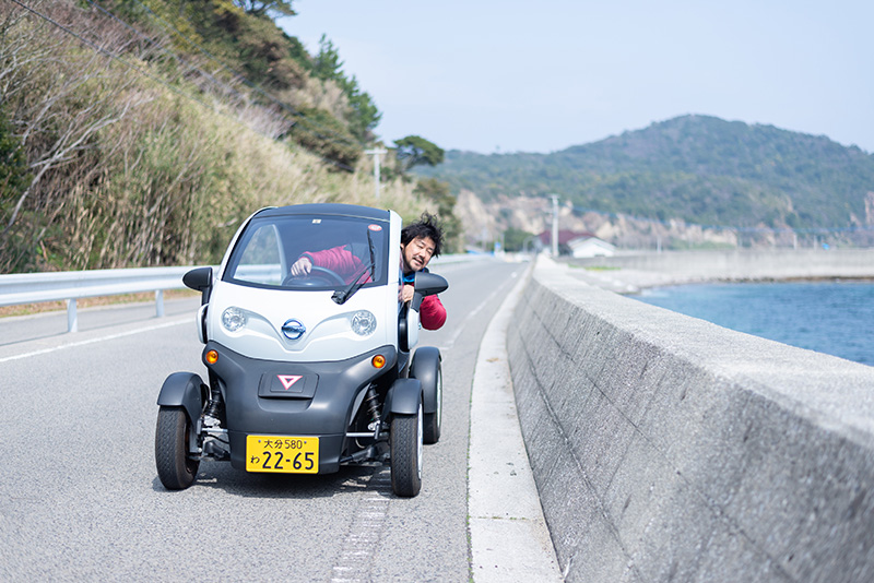 レンタカーは、姫島港フェリー乗り場から徒歩1分の『姫島エコツーリズム』で借りられます。特徴は、すべて環境にやさしいエコカーということ。見た目もかわいい超小型モビリティやランドカーで島を周遊できます。