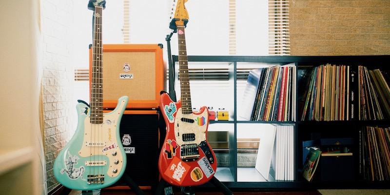 社内の至るところに散りばめられた、古今東西の楽器、CD、レコード。それぞれが持ち寄ってライブラリーに加えているそう