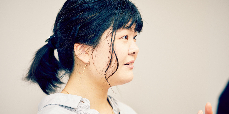 株式会社ケー・アンド・エル アカウントプランニング部 第1アカウントプランニング室アカウントプランナーの森祐子さん。日本とイギリスで旅行代理店に勤務したのち、語学力を活かしてK&Lに入社。入社1週間でタイ出張を命じられたとか