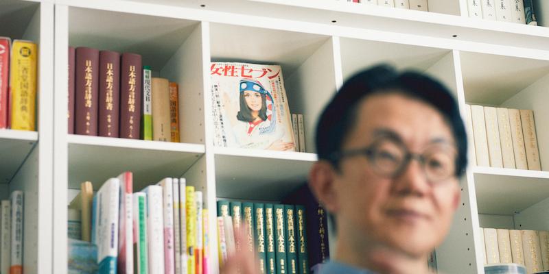 壁一面の棚にはたくさんの本が並ぶ
