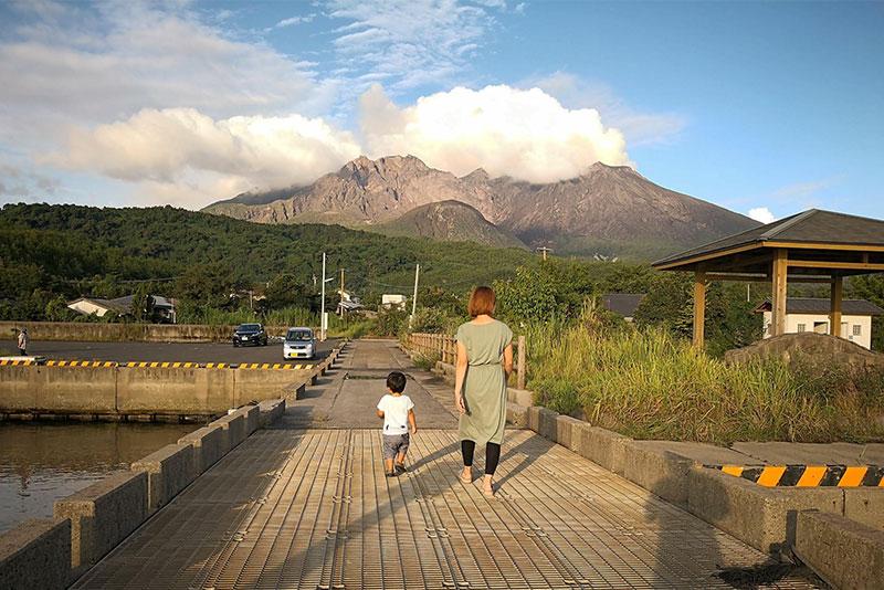 山下さんとお子さんの後ろ姿。目の前に見えるのは桜島(画像提供:山下さん)