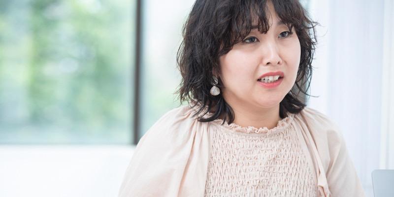 ディレクターの溝口加奈さん。入社5年目で、おもにファッション系の販促物などで編集を担当している