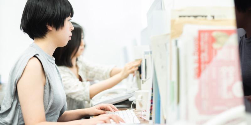 デザイナーの會澤明香さん。デザイン作業のほか、チームのスケジュール管理なども担当している