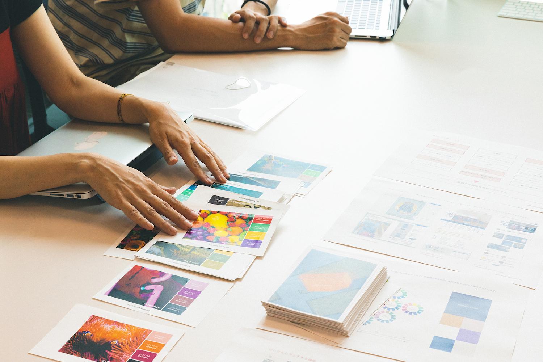 収集した画像イメージとそれに紐づくカラーチャートを見せ、クライアントとすり合わせていく