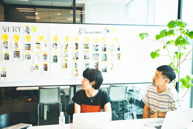模造紙にイメージビジュアルを貼り、それを見ながらディスカッションを行う。ここでは、クライアントのイメージが雑誌でいうとどれに近いかをすり合わせている