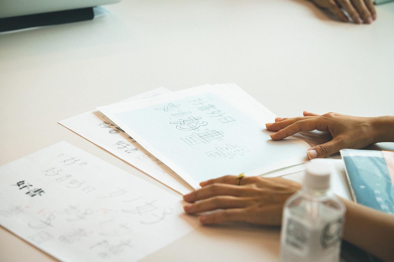 ロゴをつくる際は、案件に関わっていないデザイナーでも希望すればデザイン案を提出できこともある。その後、社内でディスカッションを重ね、決定する