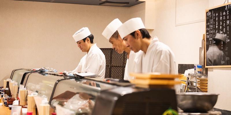 黙々と寿司を握る津々井の職人さんたち