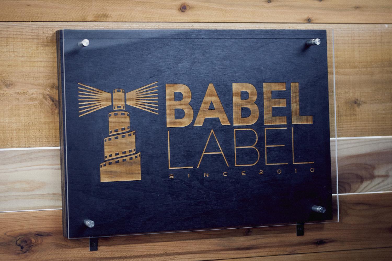 映画制作にも深く関わる言葉を大切にする集団として、「語源」という意味合いを持つ「BABEL」を社名に冠した。「BABEL」は志真健太郎さん、「LABEL」は藤井道人さんによる発案だという