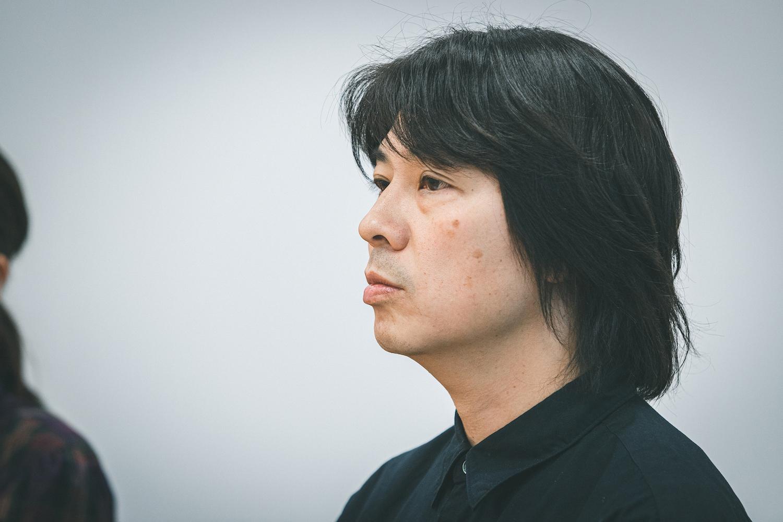株式会社ロッキング・オン・ジャパン イベント部 クリエイティブ・ディレクターの田中力弥さん。1997年に入社し、エディトリアルデザイナー、雑誌のアートディレクターを経てイベント部に異動。現在はおもに『ROCK IN JAPAN FESTIVAL』をはじめとしたフェスのロゴやグッズ、ステージのデザインなどを手がけている