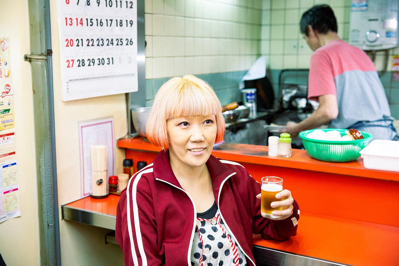 株式会社人間 デストロイヤー兼人間編集部編集長のトミモトリエさん。1976年生まれ、東京都出身。ファッションデザイナーからWEB業界に転身。自分を生中継し続けるブログや人間レンタルサービスを立ち上げ、「ダダ漏れ女子」として話題に。2014年大阪へ活動の拠点を移し、人間に入社(画像提供:人間)