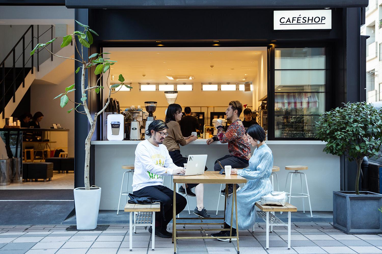 天気のいい日はカフェのオープンスペースで作業。街全体がゆったりしているからこそ仕事も快適に捗ります