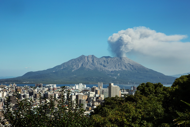 鹿児島の中心にそびえ立つ桜島。地元のクリエイターたちも声をそろえて「鹿児島といえば、桜島!」と誇る
