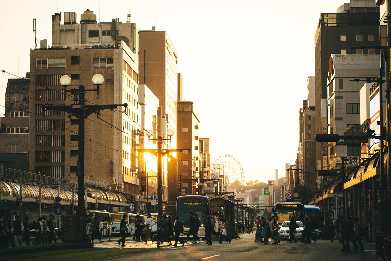 鹿児島市街の様子。ゆったりとした空気が流れ、道路には市電が走る
