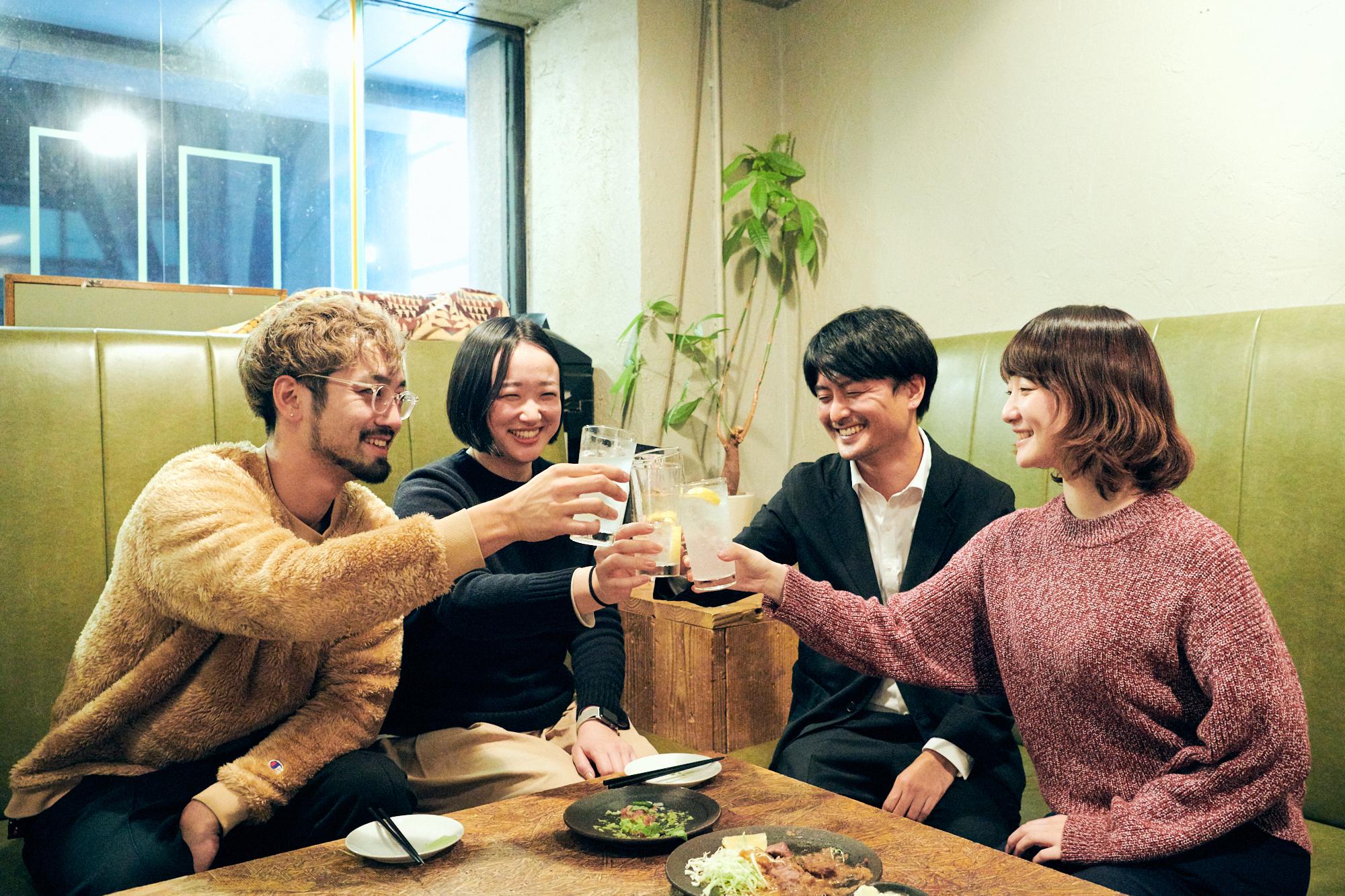 仕事終わりの加島さん(右から2番目)が合流。4人であらためて乾杯!