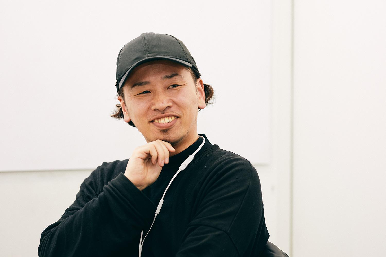 APACHE株式会社 代表取締役 / デザイナー / 京都精華大学非常勤講師 山田APACHE悠大さん。「ぼくの役割は、企画をスケールさせるブレスト相手。いわばアイデアの壁打ち要員だと考えています」