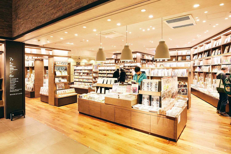 現在のSHIBUYA TSUTAYA7階。中央にカフェスペースがある
