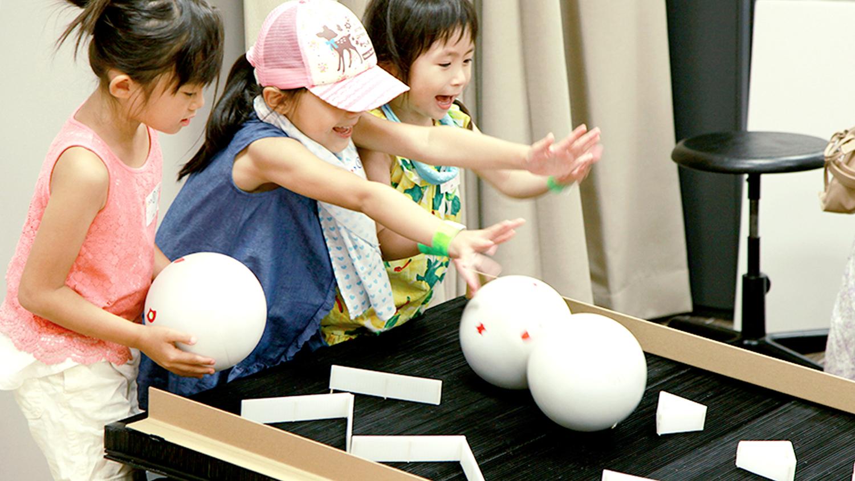 子どもが楽しみながらプログラムを学べる「VOLLY」。周囲の音や声を録音し、地面を転がすことで音が鳴る。Rexは企画やイベント脚本・ハード及びプログラム開発など、トータルで担当