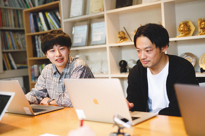 デザインエンジニアの梅園孝さん(左)