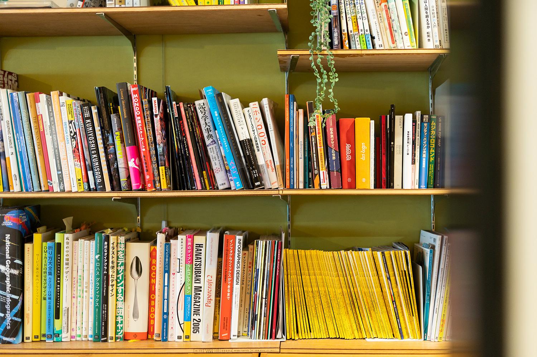 本棚にはさまざまな資料が並ぶ