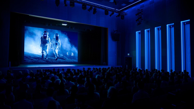 こんなふうに映画館が超満員になる日は、いつになるのでしょうか